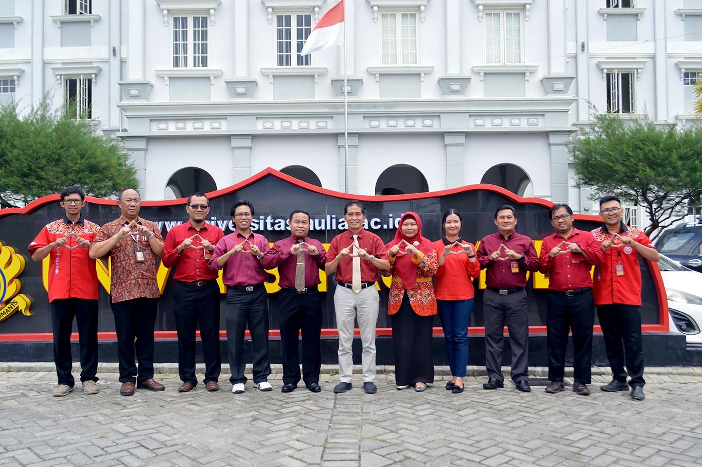 Foto bersama Rektor Dr. Agung Sakti Pribadi, S.H., M.H. di depan Kampus Universitas Mulia. Foto: Biro Media Kreatif