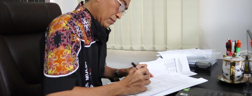 Rektor Universitas Mulia Dr. Agung Sakti Pribadi, S.H., M.H. saat menandatangani MoU di ruang kerjanya, Rabu (22/7). Foto: Media Kreatif UM