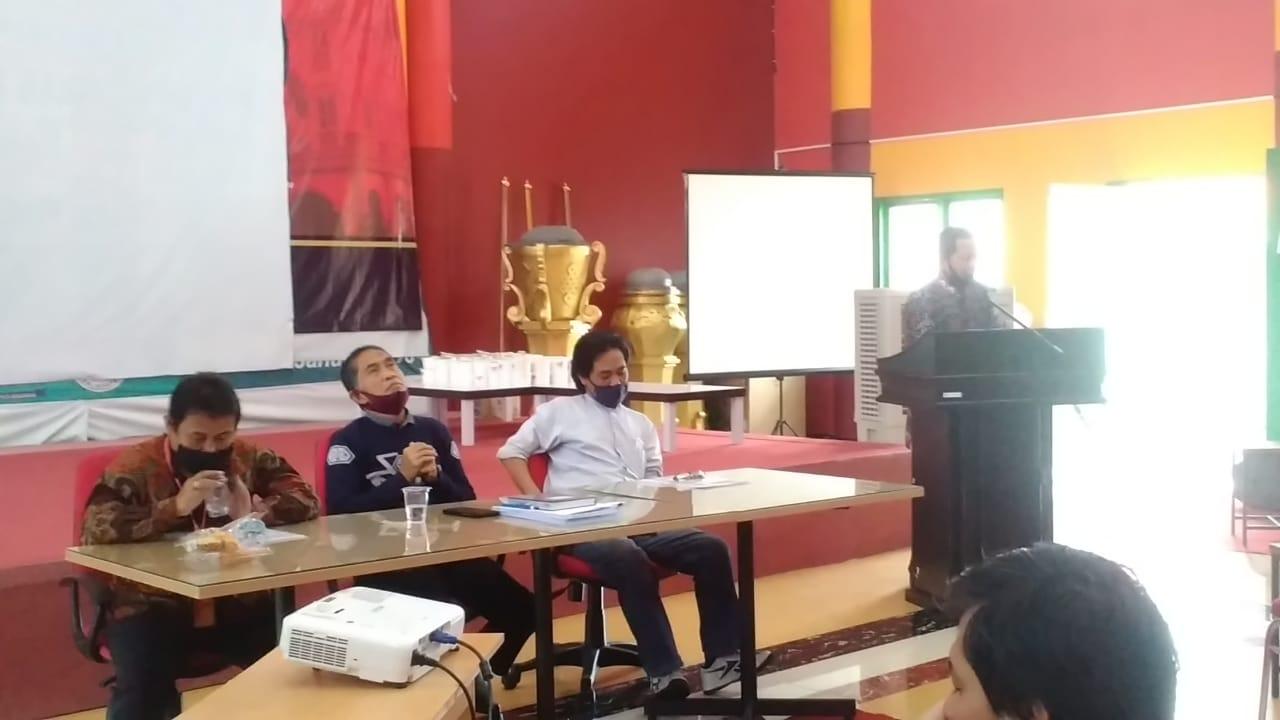 Drs H Ahmad Priyanto (di podium) ketika menyampaikan tausiyah agama dalam kegiatan Jumat Berkah Universitas Mulia, Jumat (24/7). Foto: PDSI