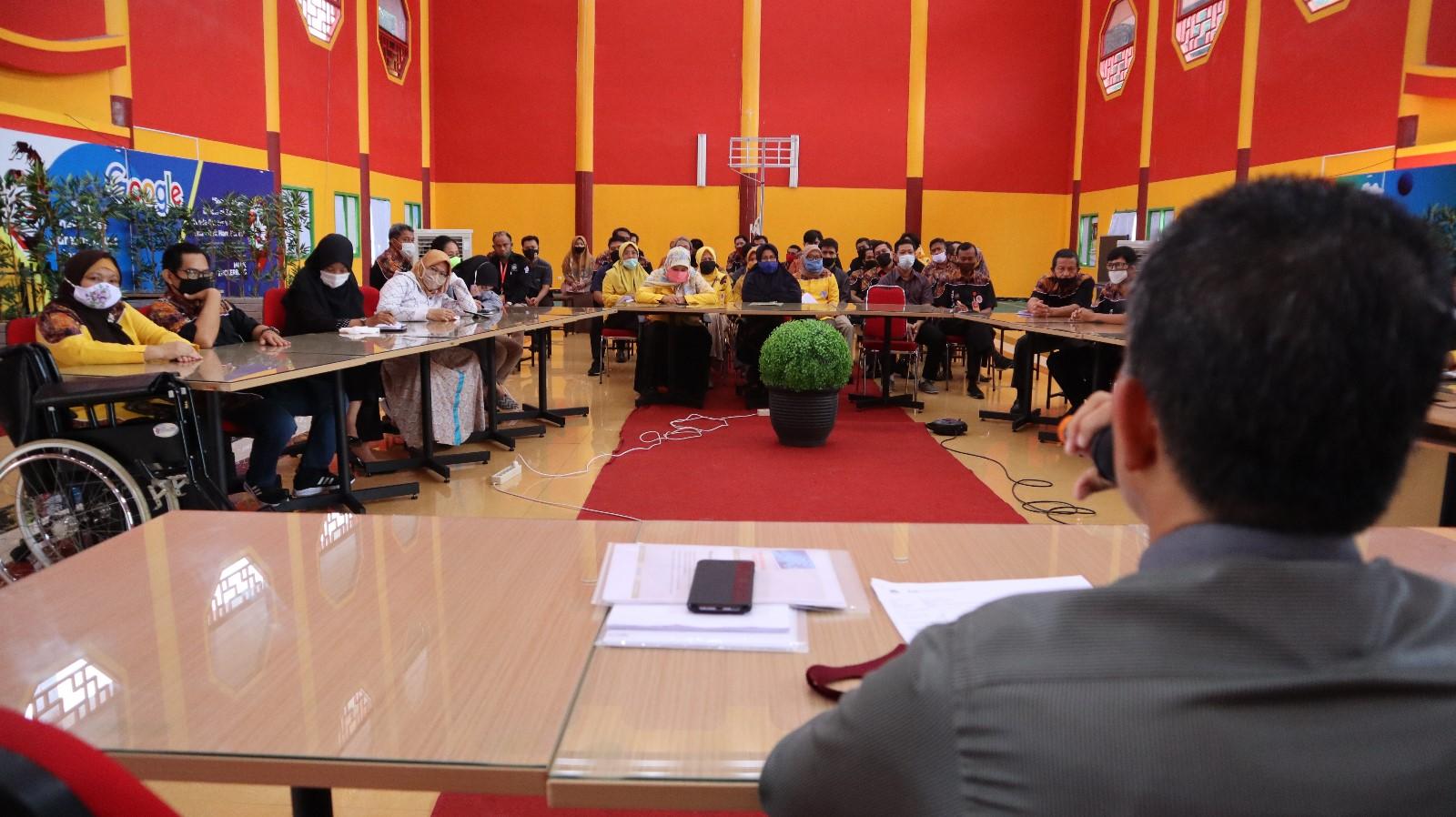 Tampak sivitas akademika memperhatikan arahan Rektor Universitas Mulia, Rabu (29/7) Foto: Biro Media Kreatif