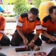 Rektor UM Terjun Langsung dalam Pemotongan Hewan Kurban 1441 H
