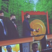 Rektor Universitas Mulia Dr. Agung Sakti Pribadi, S.H., M.H. memukul gong Pembukaan Acara PKKMB