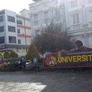Jalur masuk kampus Universitas Mulia. Foto: SA/PSI