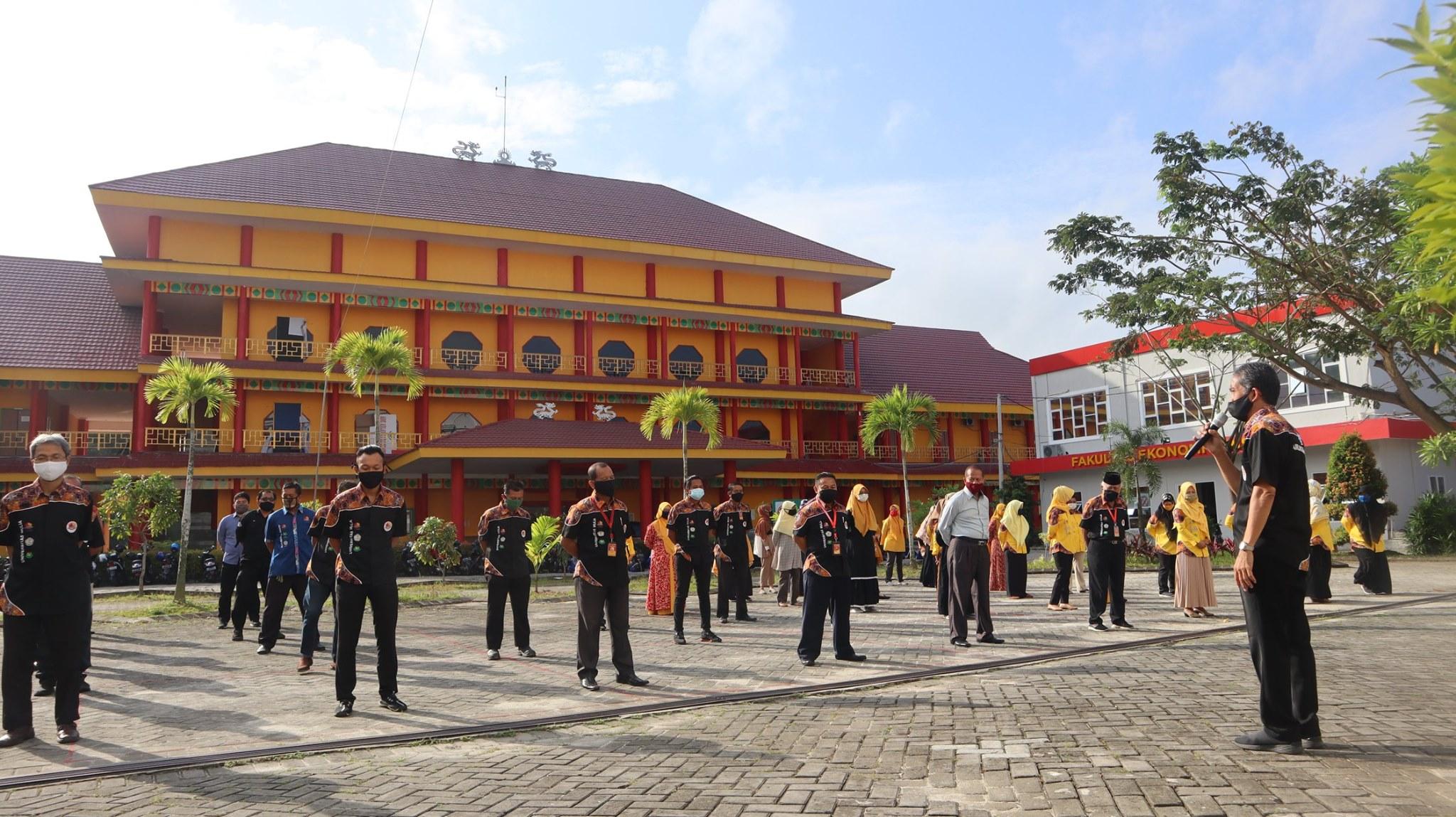 Rektor Universitas Mulia Dr Agung Sakti Pribadi SH MH saat memimpin apel pagi dengan selalu mengenakan masker. Foto: Biro Media Kreatif