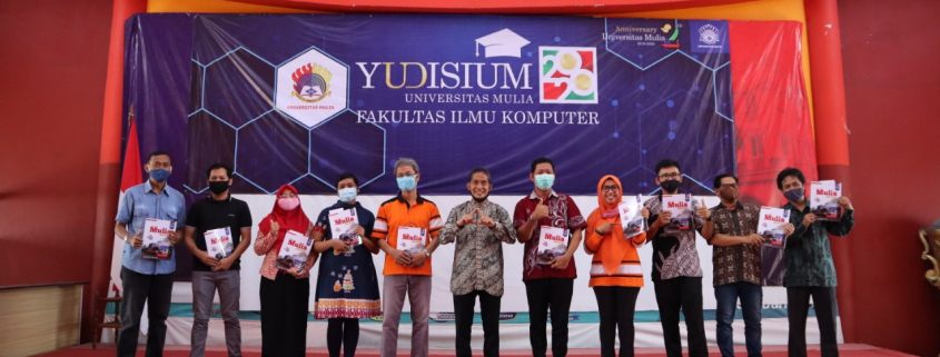 Foto bersama pimpinan redaksi, penulis, dan tim editor dan cetak E-Magazine Universitas Mulia, Sabtu (3/10). Foto: Biro Media Kreatif