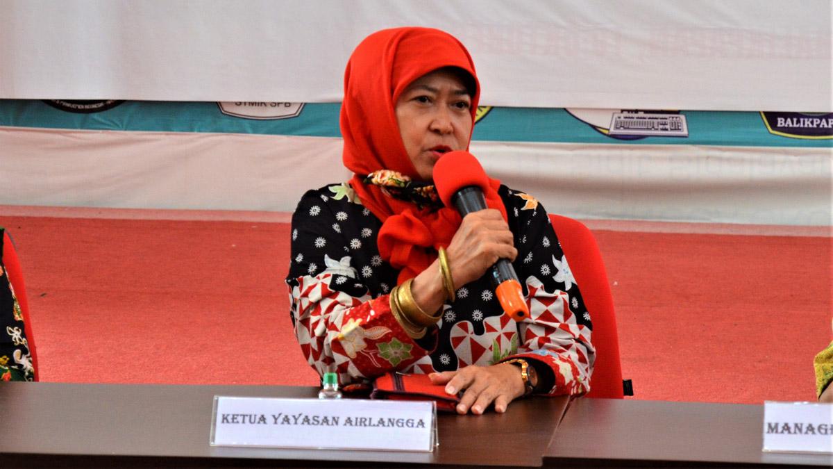 Ibu Hj. Mulia Hayati Devianti Ketua Yayasan Airlangga memberikan sambutan penyerahan SK pegawai, Jumat (23/10). Foto: Nadya, Biro Media Kreatif