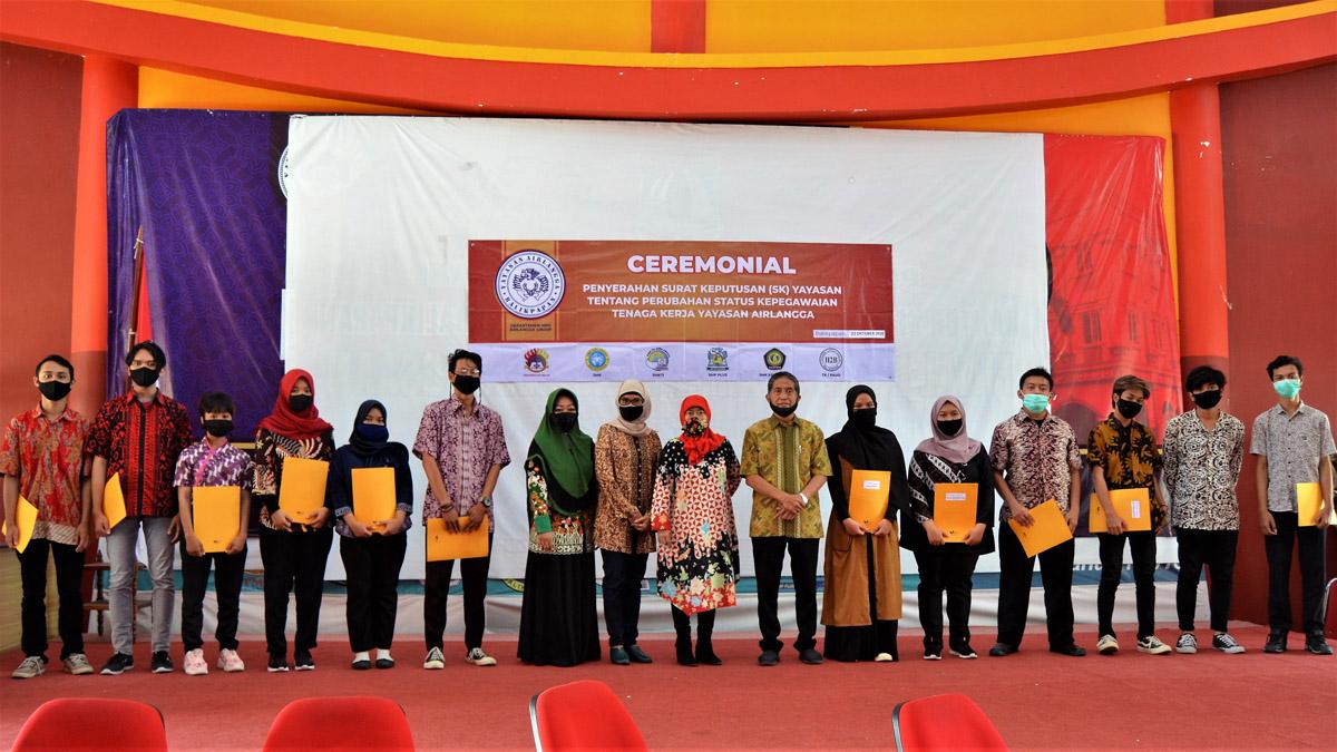 Foto bersama Karyawan Harian dan Magang Yayasan Airlangga, Jumat (23/10). Foto: Nadya, Biro Media Kreatif