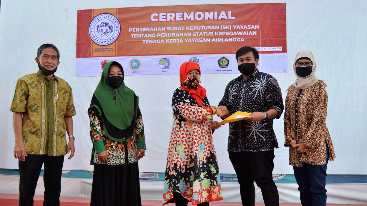 Seremoni penyerahan SK Pegawai oleh Ibu Hj. Mulia Hayati Devianti kepada pegawai, Jumat (23/10). Foto: Nadya, Biro Media Kreatif