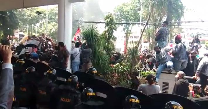 Unjuk rasa buruh di depan kantor DPRD Kota Balikpapan menolak UU Cipta Kerja, Kamis (8/10). Foto: Istimewa