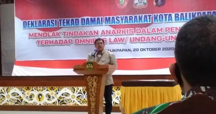 Wali Kota Balikpapan H Rizal Effendi, S.E. memberikan sambutan dalam Deklarasi Tekad Damai Masyarakat Kota Balikpapan di Aula Kantor Pemerintah Kota, Selasa (20/10). Foto: SA/PSI