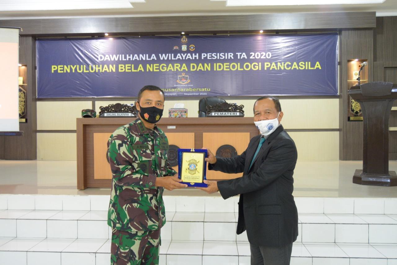 Penyerahan plakat penghargaan dari Danlanal Balikpapan. Foto: Istimewa