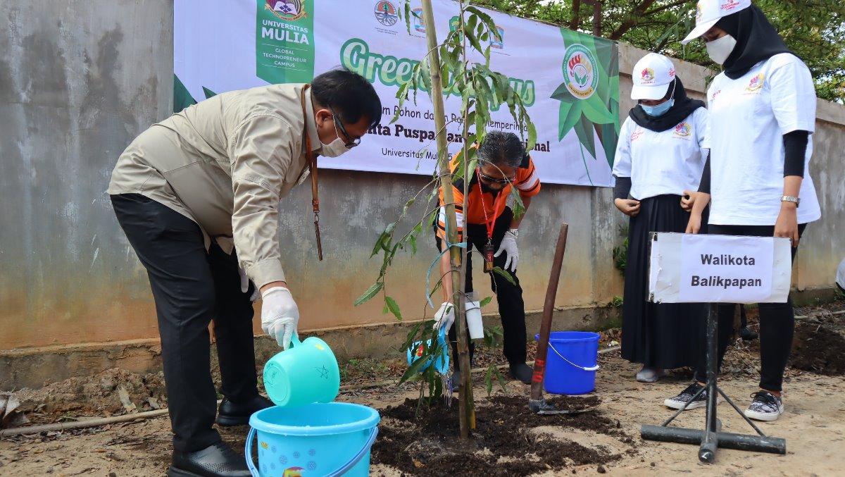 Wali Kota Rizal Effendi bersama Rektor Universitas Mulia Dr. Agung Sakti Pribadi, S.H., M.H. saat menanam pohon di belakang Kampus Cheng Ho, Kamis (5/11). Foto: Biro Media Kreatif