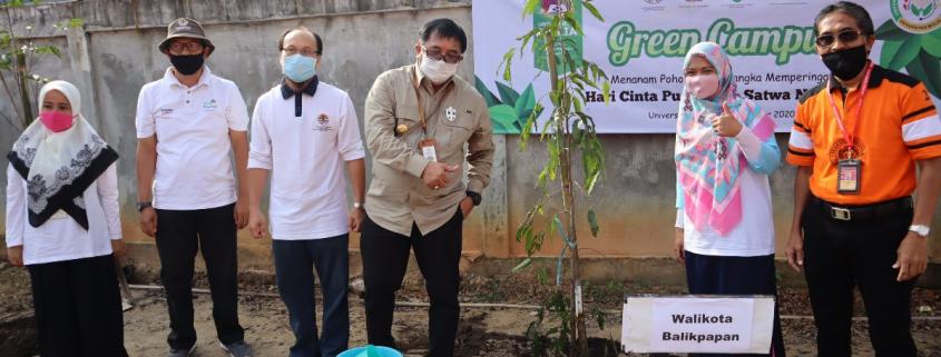 Wali Kota Rizal Effendi, Rektor Dr. Agung Sakti Pribadi foto bersama usai penanaman pohon. Kamis (5/11). Foto: Biro Media Kreatif
