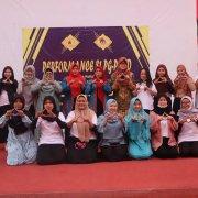 Mahasiswa PG PAUD foto bersama sebelum tampil acara (11/12)