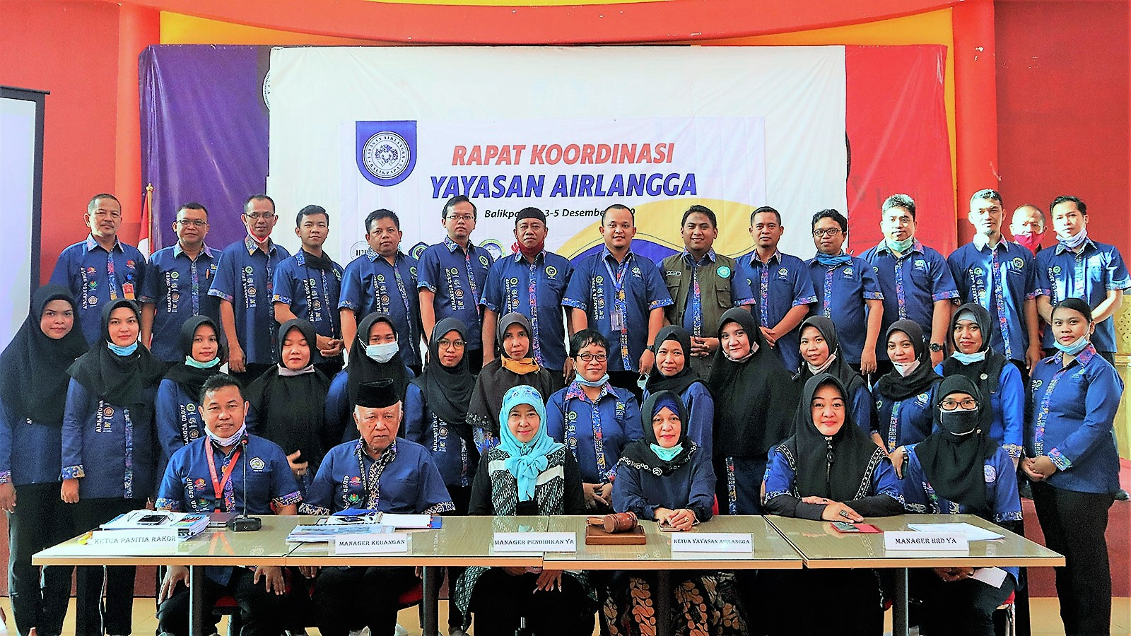 Foto bersama peserta Rapat Koordinasi Devisi Pendidikan Menengah bersama Pengurus Yayasan Airlangga di Aula Kampus Cheng Ho Universitas Mulia, Kamis (3/12). Foto: Media Kreatif