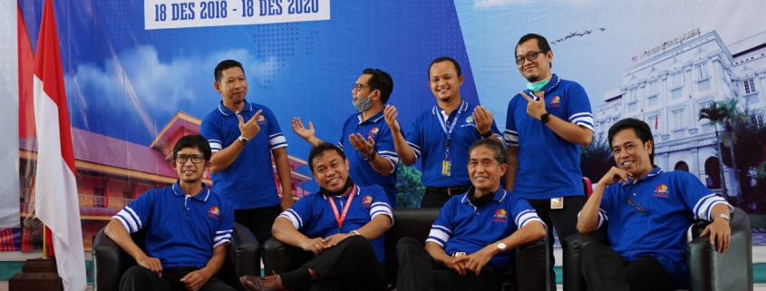 Rektor Dr. Agung Sakti Pribadi, S.H., M.H. bersama Wakil Rektor dan Dekan tengah bergaya bebas. Foto: Biro Media Kreatif