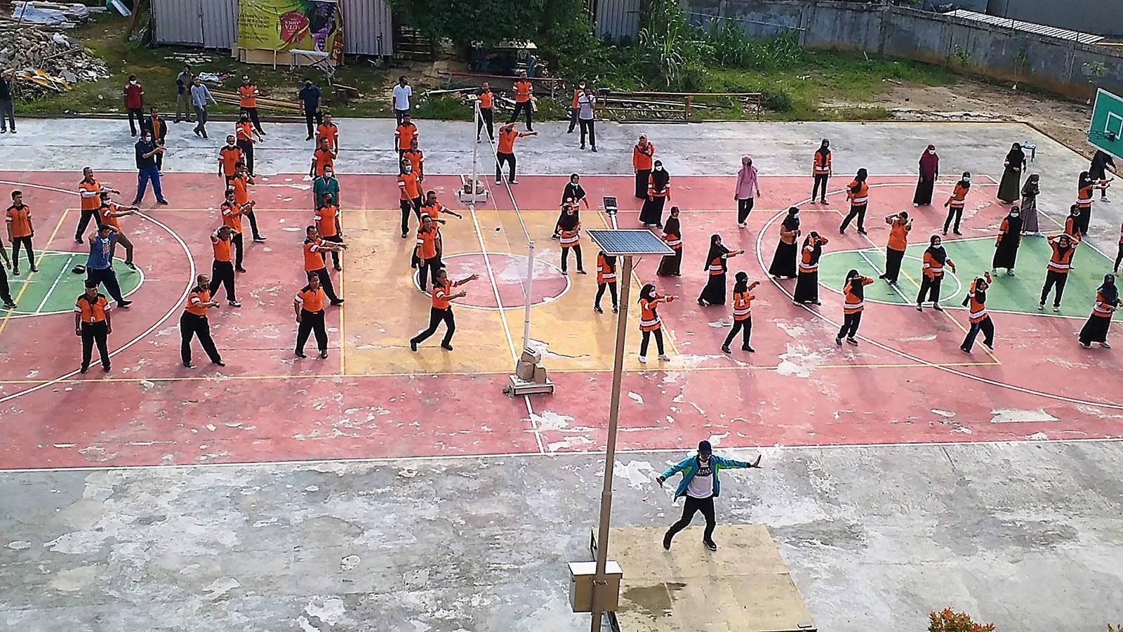 Tampak atas senam bersama yang diikuti pimpinan seluruh divisi di lingkungan Yayasan Airlangga, Sabtu (5/12). Foto: PSI