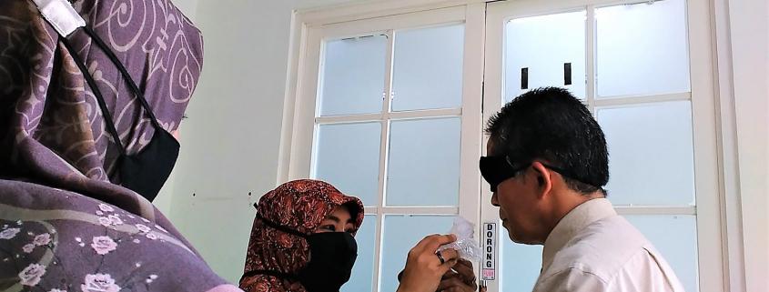 Rektor UM Dr. Agung Sakti Pribadi, S.H., M.H. sedang tes indera penciuman, Senin (7/12). Foto: PSI