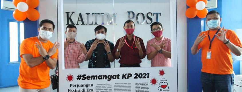 SELALU BERSINERGI: Yustian Servanda (tiga kanan) saat mengabadikan momen bersama Direktur Kaltim Post Erwin Dede (kanan) dan Manajer Pemasaran Area Balikpapan Nur Rahman (kiri) di perayaan HUT ke-33 Kaltim Post, Selasa (5/1/2021)
