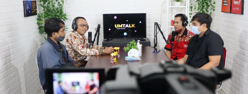 (kiri ke kanan) Guru Multimedia SMK Negeri 2 Balikpapan Pak Fadli, Pak Aries, Kepala Bagian Media Kreatif Universitas Mulia Bapak Hasnawi, Kepala Inkubator Bisnis Bapak Irfan Ananda saat berkunjung ke Studio UMTV Universitas Mulia Balikpapan (28/01)