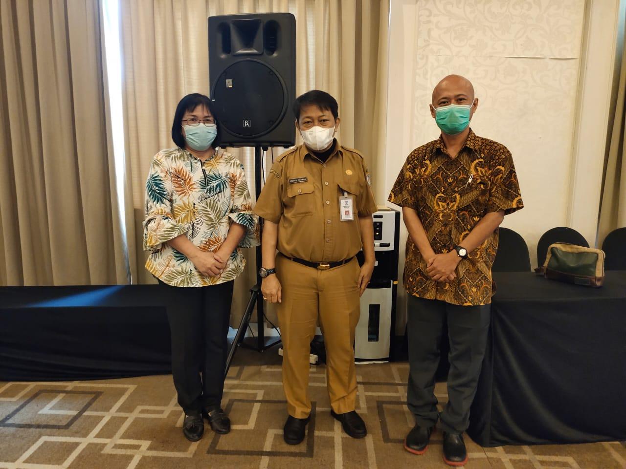 Mulia Hety Devita (kiri) bersama Sektretaris Prodi D3 Manajemen Industri Nanang Sujatmiko (kanan) berfoto bersama Kepala Dinas Perdagangan Balikpapan Arzaedi Rachman disela acara. Tampak Nanang Sujatmiko (kanan) saat menerima sertifikat dan hadiah untuk pemenang ke-3.