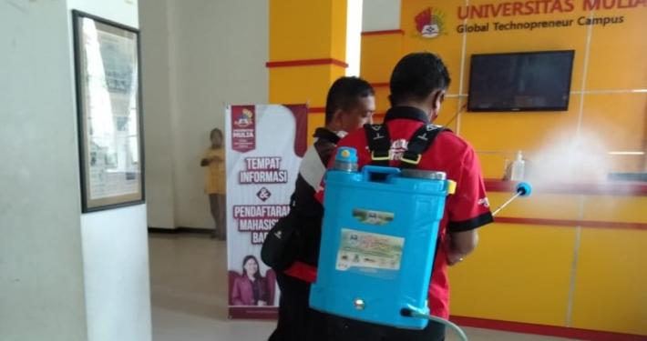 Penyemprotan desinfektan di Front Office Universitas Mulia, Kamis (7/1). Foto: Istimewa