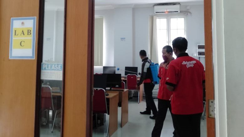Penyemprotan desinfektan di Laboratorium Komputer Gedung White Campus Universitas Mulia, Kamis (7/1). Foto: Istimewa