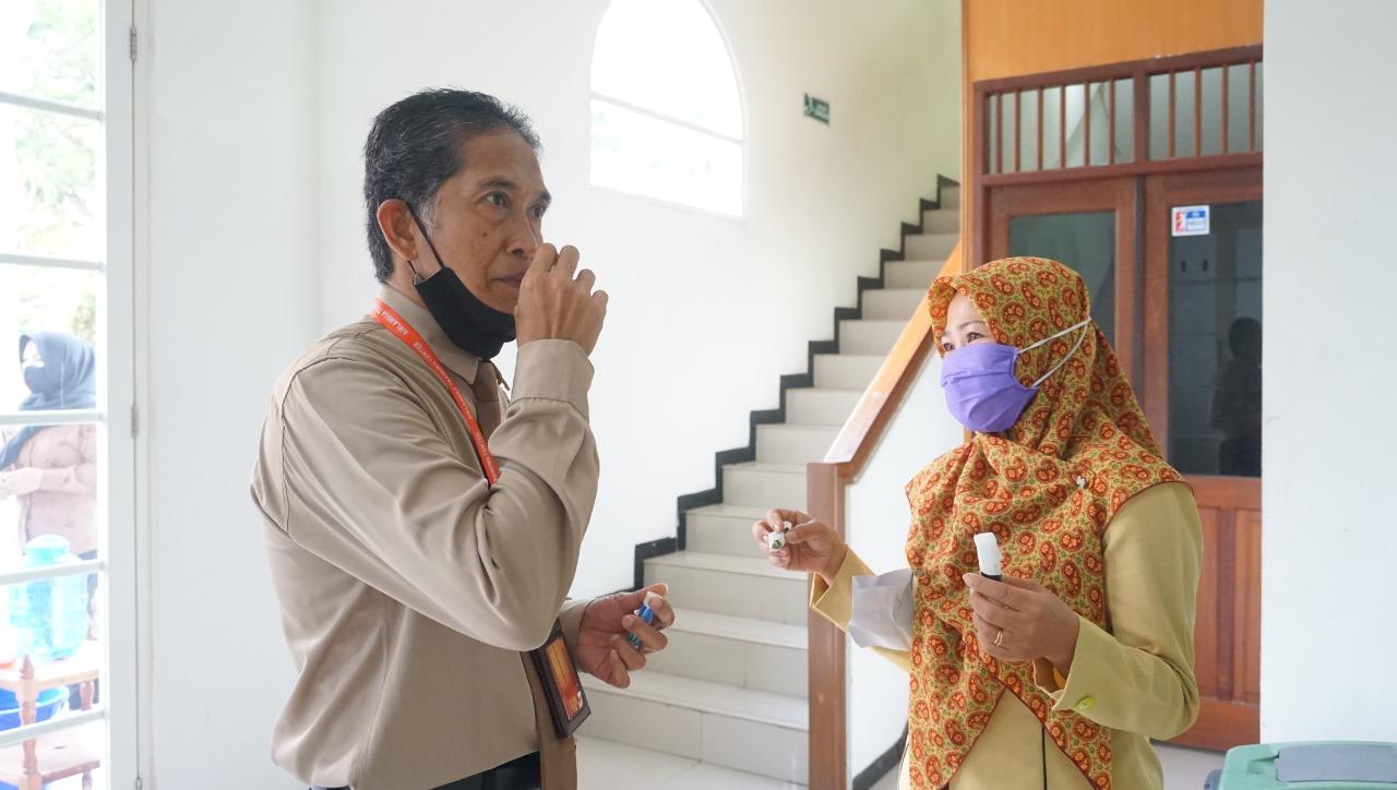 Tes indera penciuman sebagai dasar untuk mengetahui kesehatan masing-masing. Foto: Biro Media Kreatif