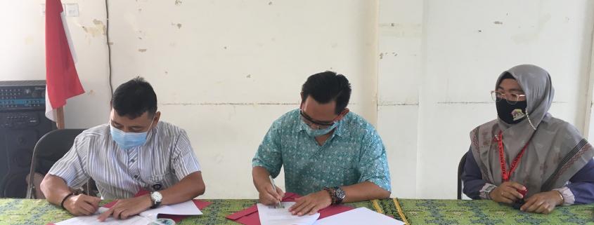 Penandatanganan kerja sama oleh Lurah Karang Rejo, Bapak Lukman dengan Dekan Fakultas Humaniora dan Kesehatan (FHK) Bapak Vidy, S,S.M.Si.