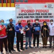 Panitia Peduli Sosial Universitas Mulia bersama perwakilan Hima UM menyerahkan langsung bantuan ke PMI yang diterima Dyah Muryani (tiga kanan) pada Rabu (10/2).