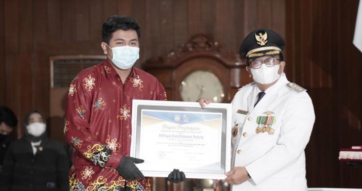 Mahasiswa Program Studi S1 PG PAUD, Aditya Gustiawan Putra Terima Penghargaan dari Pemkot Balikpapan yang diserahkan langsung oleh Walikota Balikpapan Bapak H. Rizal Effendi, S.E.