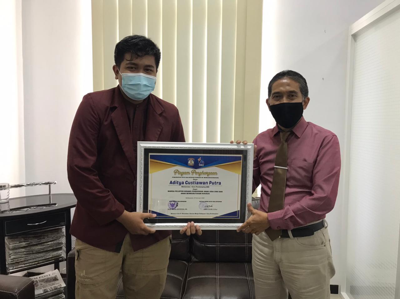Mahasiswa Program Studi S1 PG PAUD, Aditya Gustiawan Putra bersama Rektor Universitas Mulia Dr.Agung Sakti Pribadi, S.H., M.H.