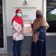 Kaprodi S1 Manajemen Linda Fauziyah Ariyani, S.Pd., M.Pd.(kanan) tampak memegang surat kerjasama bersama perwakilan dari PT Ammar Abikara Indonesia (kiri) Senin (8/3)