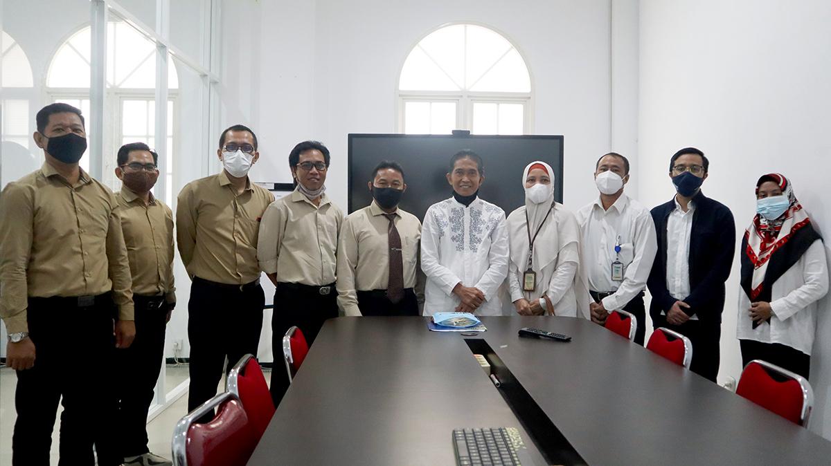 Jajaran Pejabat Universitas Mulia bersama STIE Madani Balikpapan foto bersama. Foto: Media Kreatif