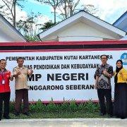 Muhammad Yani (baju merah) bersama para guru SMP Negeri 6 Tenggarong Seberang Kutai Kartanegara, Sabtu (27/3). Fot: M Yani