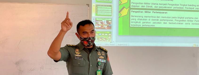 Dihadapan mahasiswa Prodi Ilmu Hukum Universitas Mulia, Letda CHK Ungsi Horas Manik SH.MH hadir memberikan materi terkait sistem peradilan pidana militer, pada Jumat (30/4).