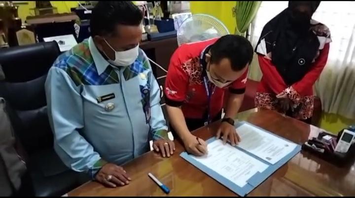 Penanadatanganan MoU yang dilakukan oleh Kepala Kantor PSDKU Kampus Samarinda Muhammad Yani bersama Camat Samarinda Ulu Muhammad Fahmi di kantor Kecamatan Samarinda Ulu Jl. Ir. H. Juanda No.5, Air Putih.
