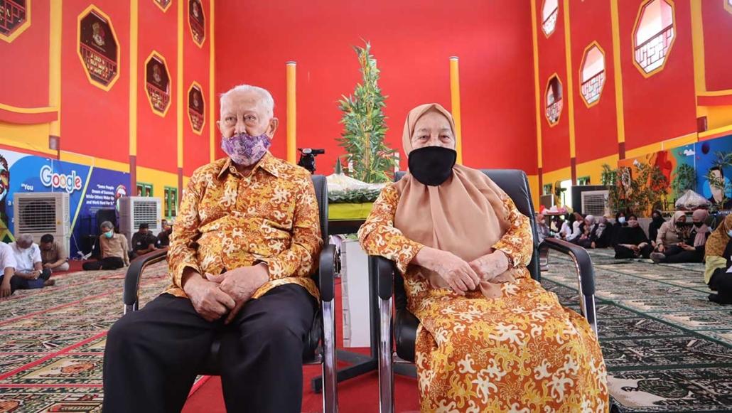 Sesepuh Yayasan Airlangga H. Hasyim Machmud bersama istri. Foto: Media Kreatif