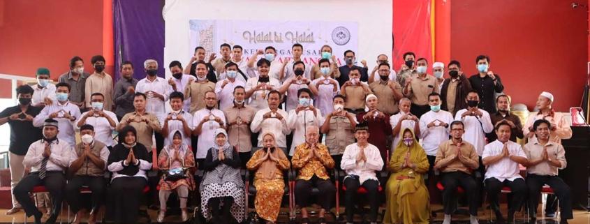 Pengurus Yayasan Airlangga bersama kepala devisi dan seluruh karyawan pria. Foto: Media Kreatif