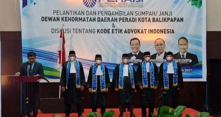 Dewan Kehormatan Daerah PERADI Balikpapan yang dilantik antara lain Sabarudin Yasin, S.H., S.Ag, M.T. sebagai Ketua; Dr. Agung Sakti Pribadi, S.H., M.H. sebagai Sekretaris; Tutup Sardi Santoso, S.H., S.Ag., M.H. sebagai Anggota; Letkol (Purn) Drs. Ustad H. M Solehuddin, M.M. selaku perwakilan Tokoh Masyarakat; dan Dr. Bruce Anzward, S.H., M.H. selaku perwakilan Akademisi. Foto: Okta