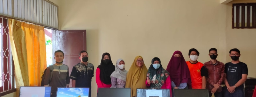 Dosen Teknologi Informasi setelah melakukan penginstalan Laboratorium Komputer Sanggar Kegiatan Belajar (SKB) Balikpapan Barat