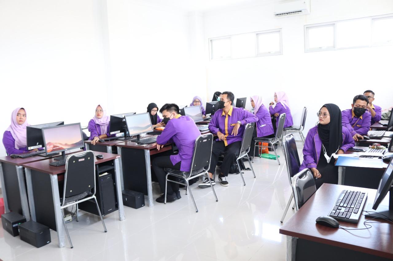Pelatihan Teknologi Pembelajaran Daring/Luring dan Editing Video bagi 30 guru SMA Negeri 17 dengan menghadirkan narasumber content creator youtube