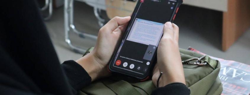 Mahasiswa Fakultas Ekonomi dan Bisnis UM sedang mengikuti kelas daring lewat Smartphone, Senin (20/9). Foto: Media Kreatif