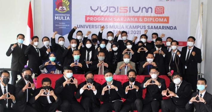 75 orang peserta Yudisium PSKDU Samarinda bersama Pimpinan Universitas Mulia, Selasa (31/8). Foto: PSDKU Samarinda