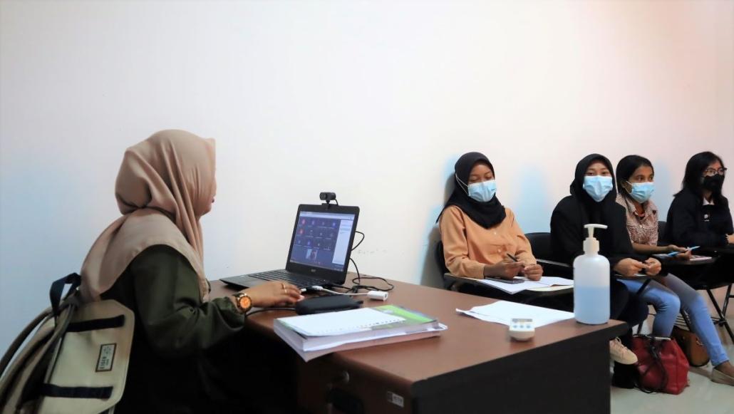 Suasana pertemuan tatap muka terbatas di salah satu kelas Fakultas Ekonomi dan Bisnis, Senin (20/9). Foto: Media Kreatif